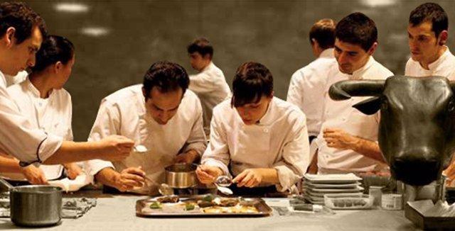Imagen de la portada de A season in the kitchen at Ferran Adrià's El Bulli. The