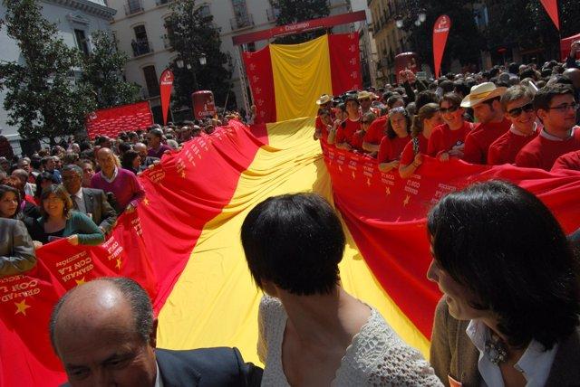 Salida de la bandera gigante en apoyo a la Selección Española, en Granada