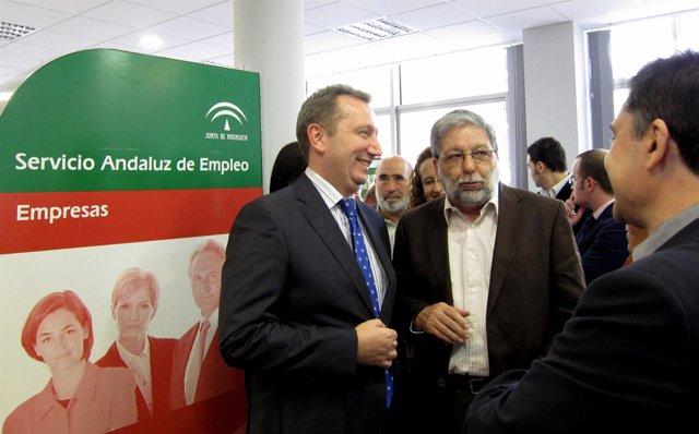 El consejero de Empleo, Manuel Recio, y el alcalde de Dos Hermanas (Sevilla, Fra
