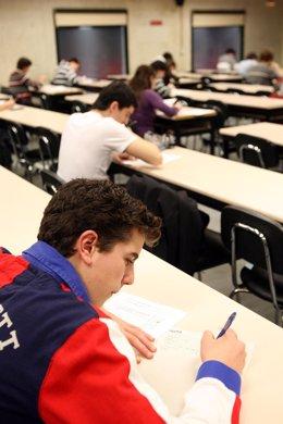 Varios estudiantes en un exámen