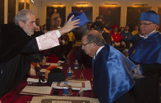 Estebán Morcillo inviste 'honoris causa' al químico Miguel Valcárcel.