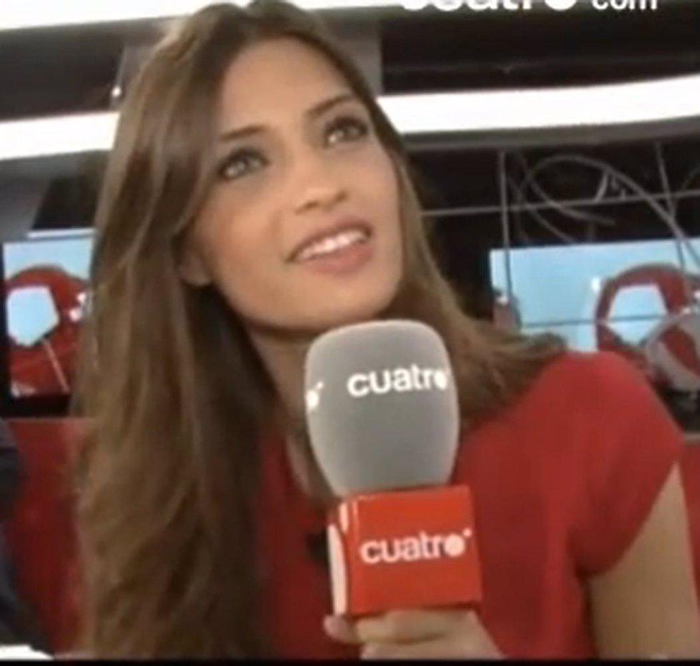 La periodista Sara Carbonero realizando un cuestionario para la página web de Cu
