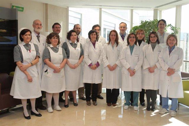 En segunda fila, los especialistas de la Clínica, los doctores Oscar Fernández
