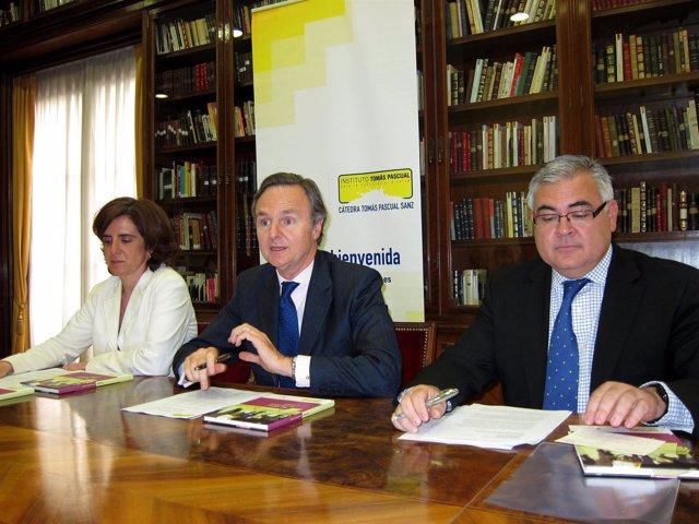 El presidente del Instituto Tomás Pascual, Ricardo Martí (c), el catedrático Gre
