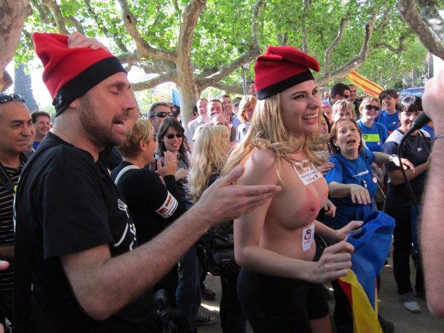 La Actriz Porno María Lapiedra Se Desnuda Por La Independencia Ante El Parlament