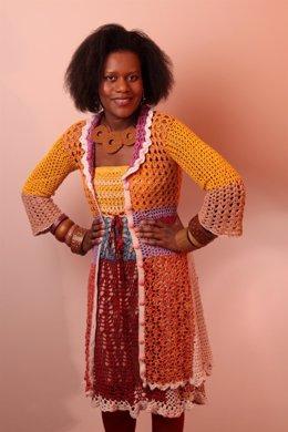 La Diseñadora Brasileña Allethea Mattos Con Una De Sus Creaciones De Crochet