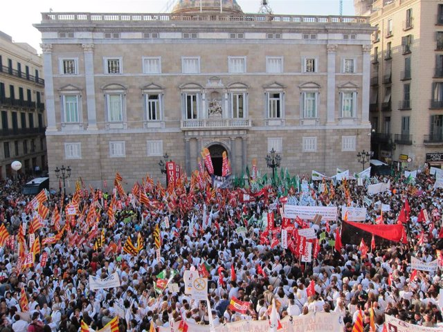 Manifestantes Protestan Ante La Generalitat Contra Los Recortes Sociales