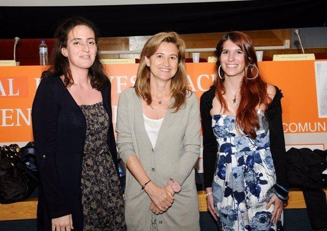 A Los Lados, Las Autoras Del Trabajo Premiado Junto Con La Gerente (C)