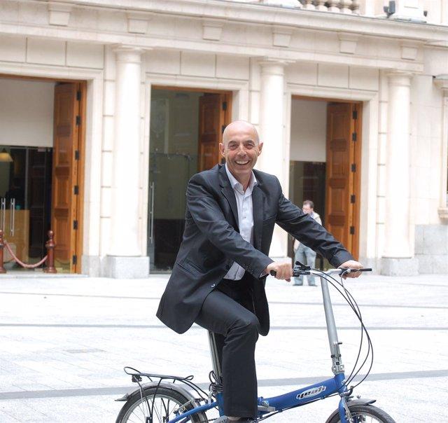 Antonio Hurtado, Senador De PSOE, En Bicicleta