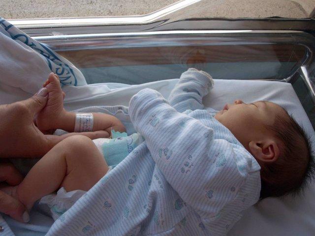 Bebé con pulsera de identificación