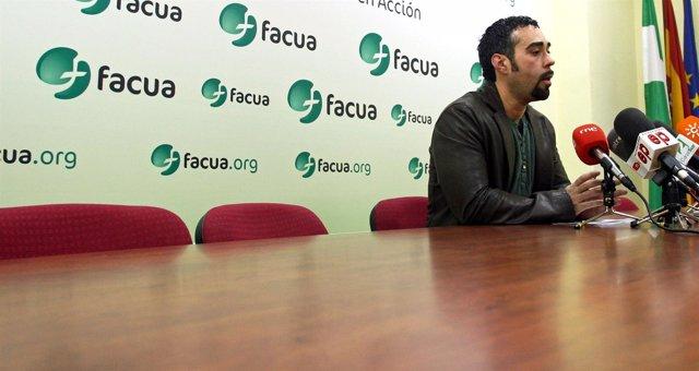 El portavoz de Facua, Rubén Sánchez, en una rueda de prensa