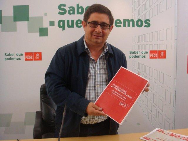 Reyes Con Un Ejemplar Del Programa Electoral