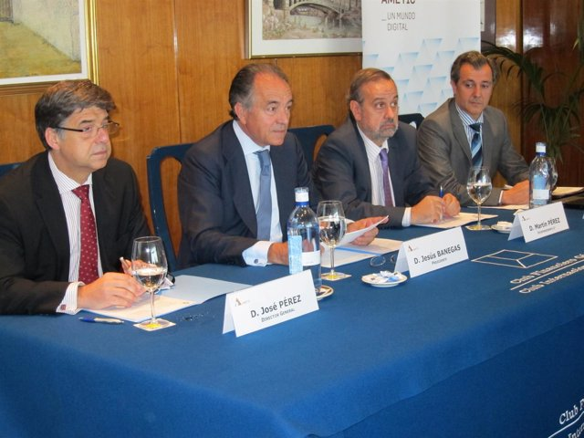 Jesús Banegas (Presidente) Junto Con El Resto De Directivos De Ametic