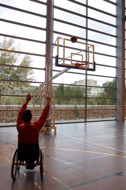 Joven Silla De Ruedas Jugando Al Baloncesto