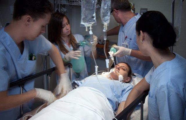 Profesionales De Urgencias Atienden A Un Paciente