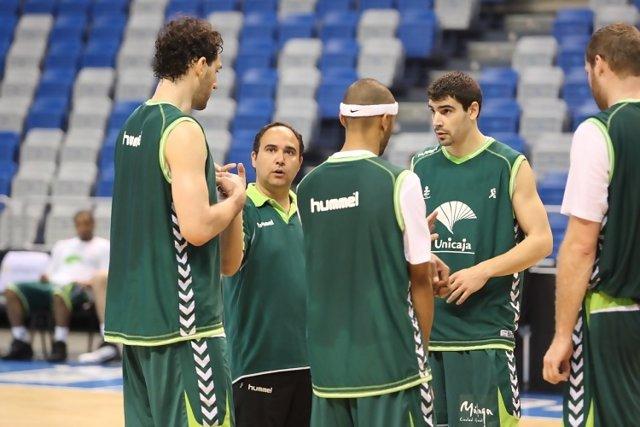El técnico, Chus Mateo, y varios jugadores del Unicaja, durante un entrenamiento