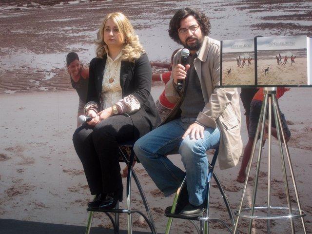La Escritora Lola Beccaría Y El Fotógrafo Carlos Spottorno