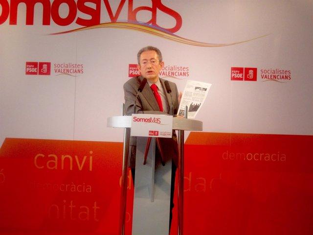 Ángel Luna Muestra Una Información Periodística En Una Rueda De Prensa