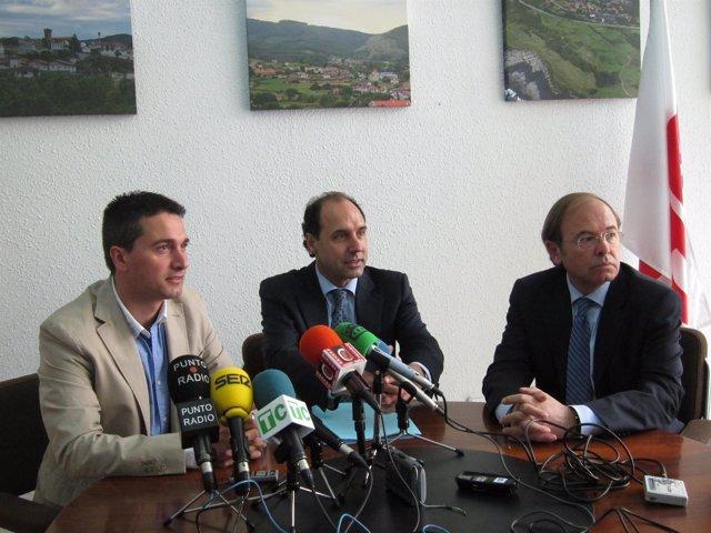 García Escudero y Diego junto al candidato castreño