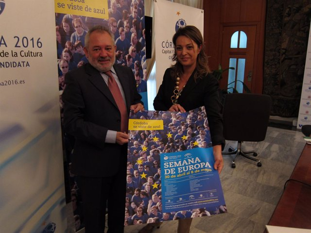 Andrés Ocaña E Isabel Ambrosio Con El Cartel De La Semana De Europa