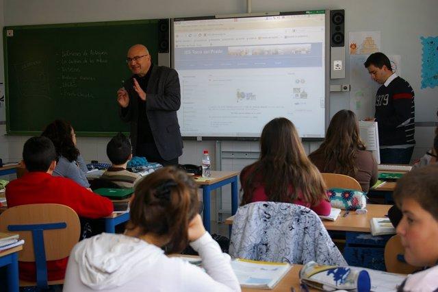 Un mestro da clase en un colegio.
