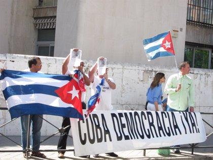 Cuba.- Disidentes cubanos protestan frente a la Embajada de Cuba en Madrid por la muerte de Juan Wilfredo Soto