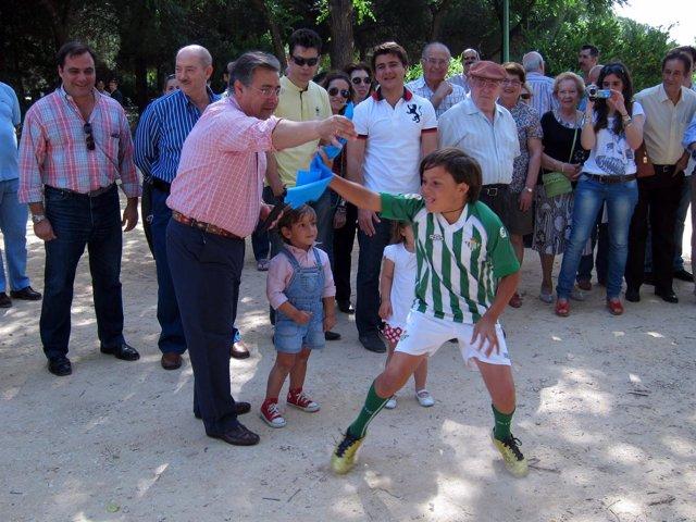 Juan Ignacio Zoido (PP) Juega Con Niños En El Parque Infanta Elena