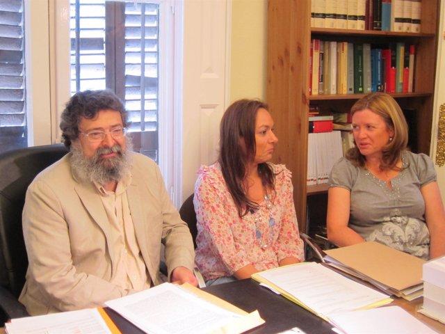 El Presidente De Convivencia Cívica Catalana, Francisco Caja, Con Dos Familias