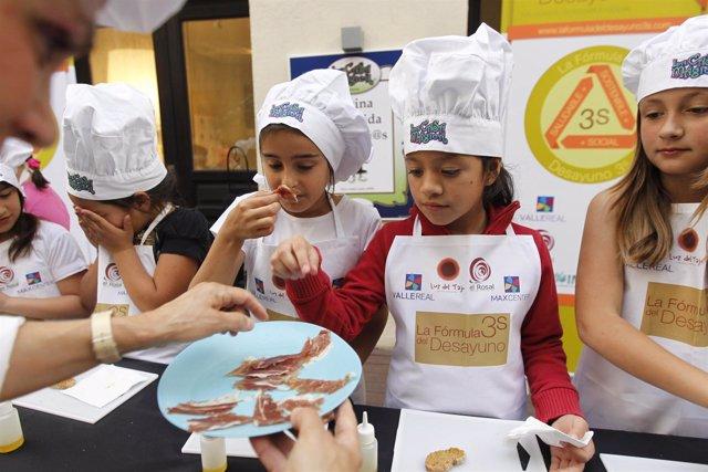 Los Niños Aprenden A Montar Su Propio Desayuno Sano