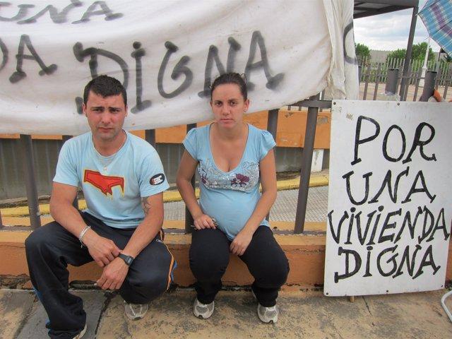 Ana Sánchez Y Jonathan Salguero Frente A La Casa De Fernández Vara