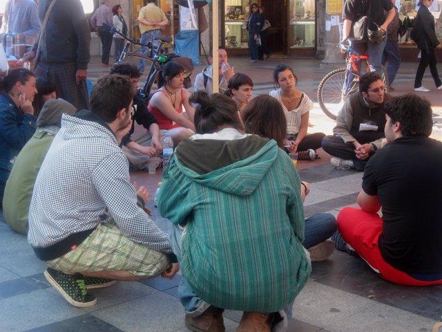 Un Grupo De Jóvenes Indignados En La Plaza De Fuente Dorada