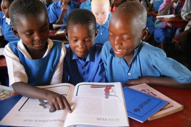 Tres Niños Africanos Enstudiando