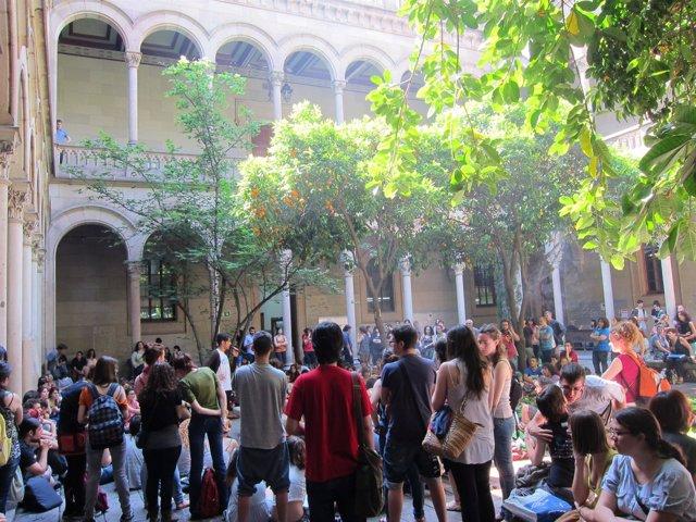 Estudiantes De La UB Celebran Una Asamblea