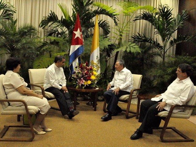 Raúl Castro Con Giovanni Angelo Becciu, Nuncio Apostólico En Cuba.