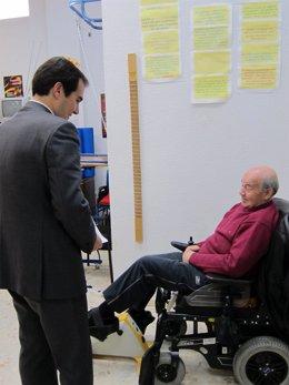 José Antonio Nieto con un enfermo de Esclerósis