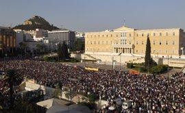 Unas 15.000 personas protestan ante el Parlamento griego