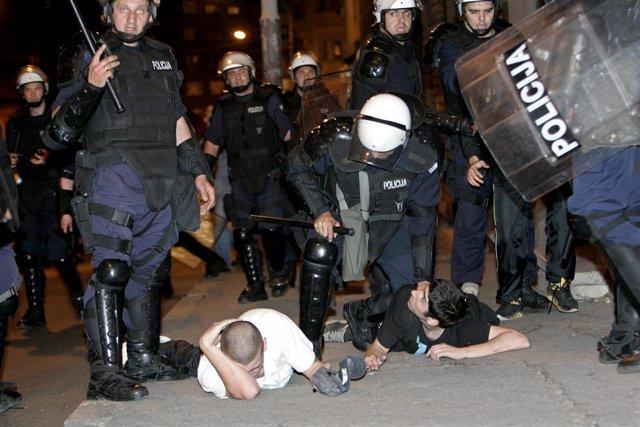 Protestas De Apoyo A Mladic En Serbia