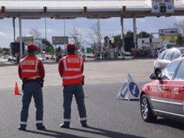 Agentes De La Policía Foral En Un Control De Circulación.