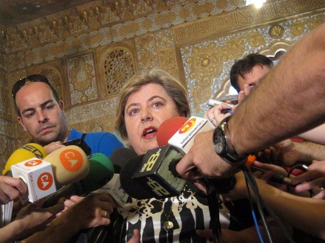 Clara Aguilera Atiende A Los Medios Antes De Su Reunión Con El Sector Hortícola