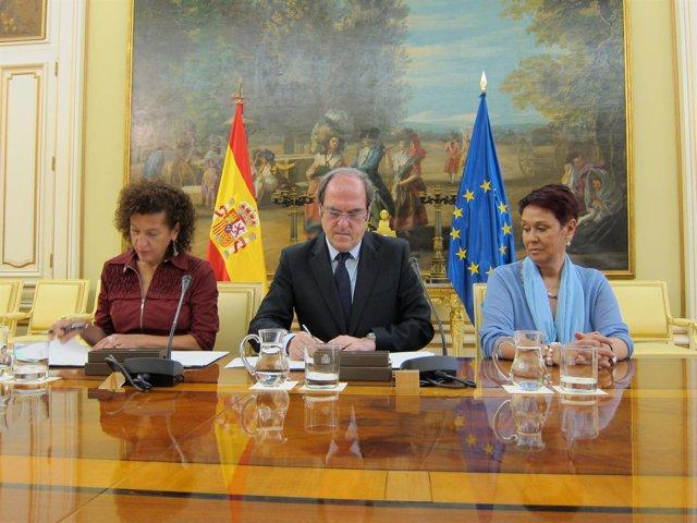 Milagros Luis (Izq), Consejera Canaria De Educación Y Cultura,  Ángel Gabilondo.