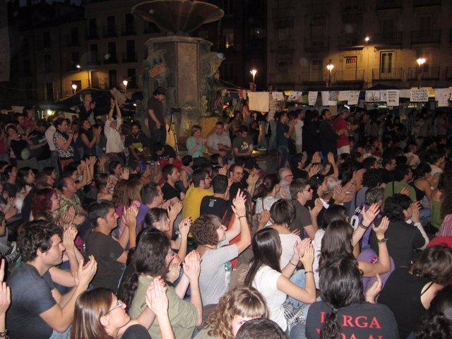 Sentada De 'Indignados' En La Plaza Fuente Dorada