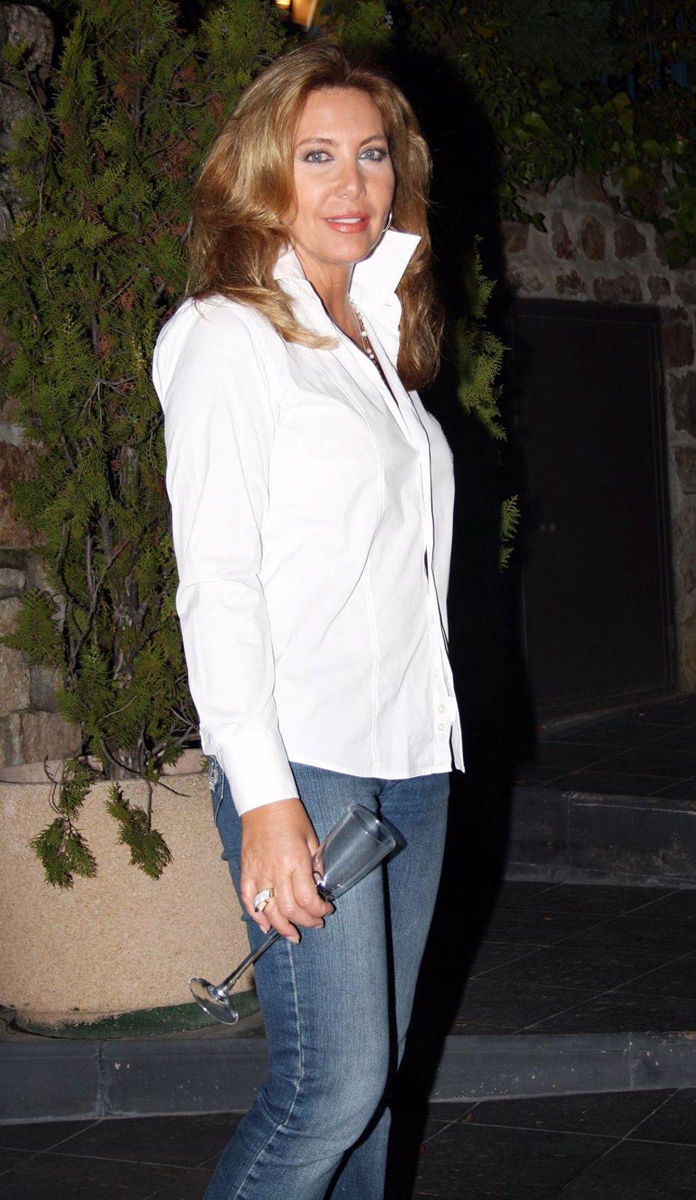 Norma Duval Con Camisa Blanca Sonriendo