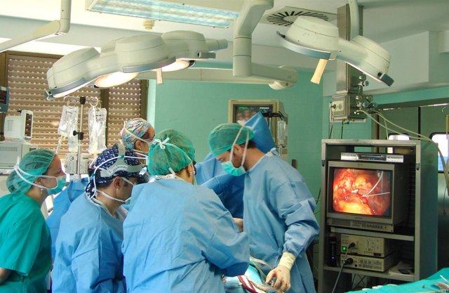 Cirujanos durante una intervención quirúrgica