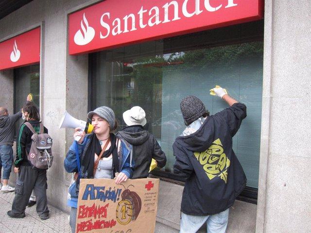 Los 'Indignados', Limpiando Un Banco