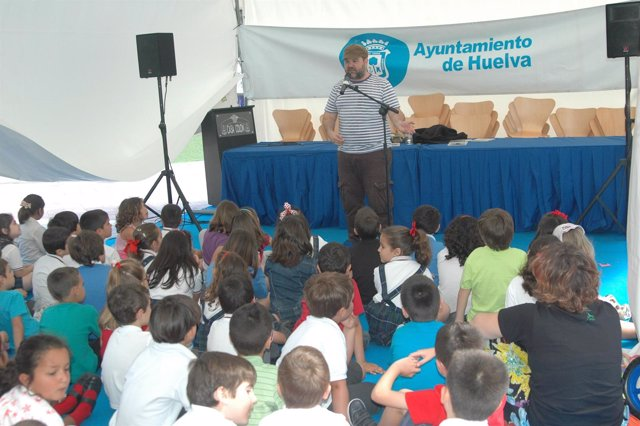 Escolares En La Feria Del Libro De Huelva.