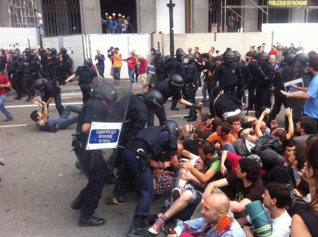 Batalla Campal Entre La Policía Y Los 'Indignados' En Barcelona