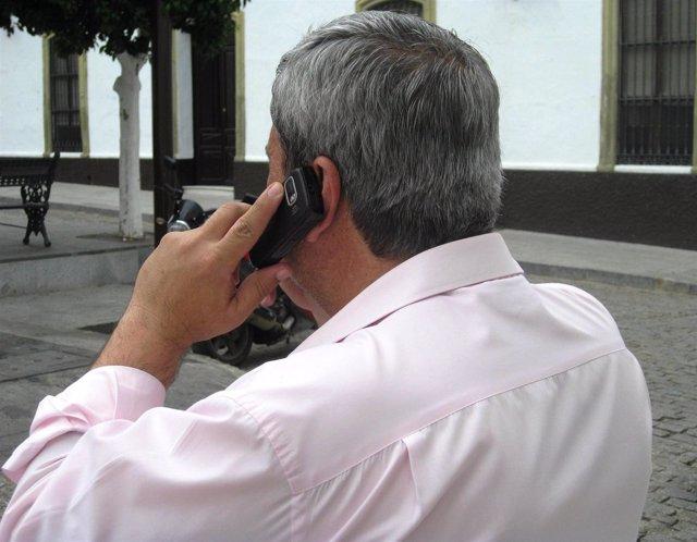 Hombre hablando por un teléfono móvil