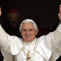 El Papa Benedicto XVI saluda tras la homilia del domingo
