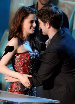 Robert Pattinson Abrazando A Kristen Stewart