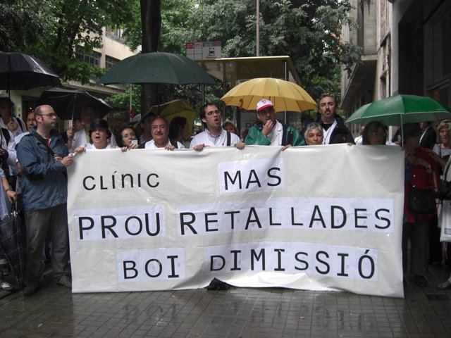 Protesta De Trabajadores Del Hospital Clínic Ante Un Centro De Diálisis